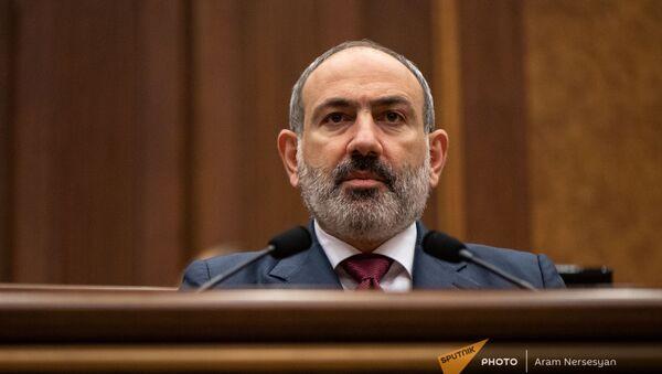 Премьер-министр Никол Пашинян отвечает на вопросы депутатов во время внеочередного заседания Парламента (3 мая 2021). Еревaн - Sputnik Армения
