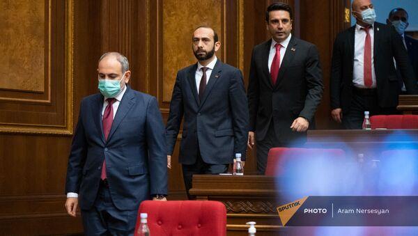 Премьер-министр Никол Пашинян заходит в зал заседаний перед началом внеочередного заседания Парламента (3 мая 2021). Еревaн - Sputnik Армения
