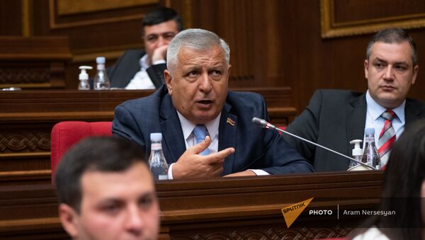 Депутат Сергей Багратян задает вопрос премьер-министру во время внеочередного заседания Парламента (3 мая 2021). Еревaн - Sputnik Արմենիա