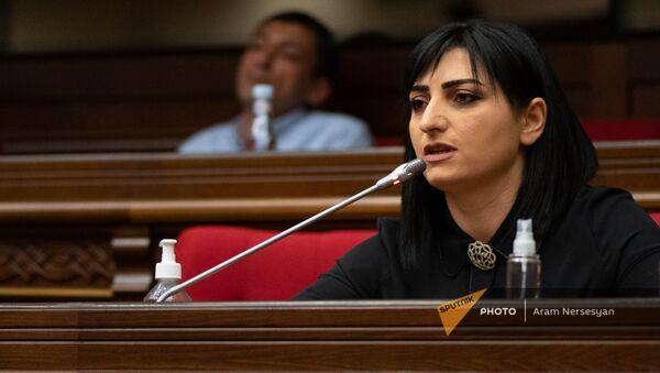 Депутат Тагуи Товмасян задает вопрос премьер-министру во время внеочередного заседания Парламента (3 мая 2021). Еревaн - Sputnik Армения