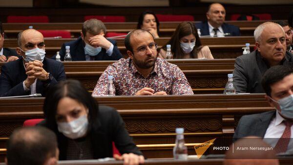 Депутаты фракции Мой шаг во время внеочередного заседания Парламента (3 мая 2021). Еревaн - Sputnik Արմենիա
