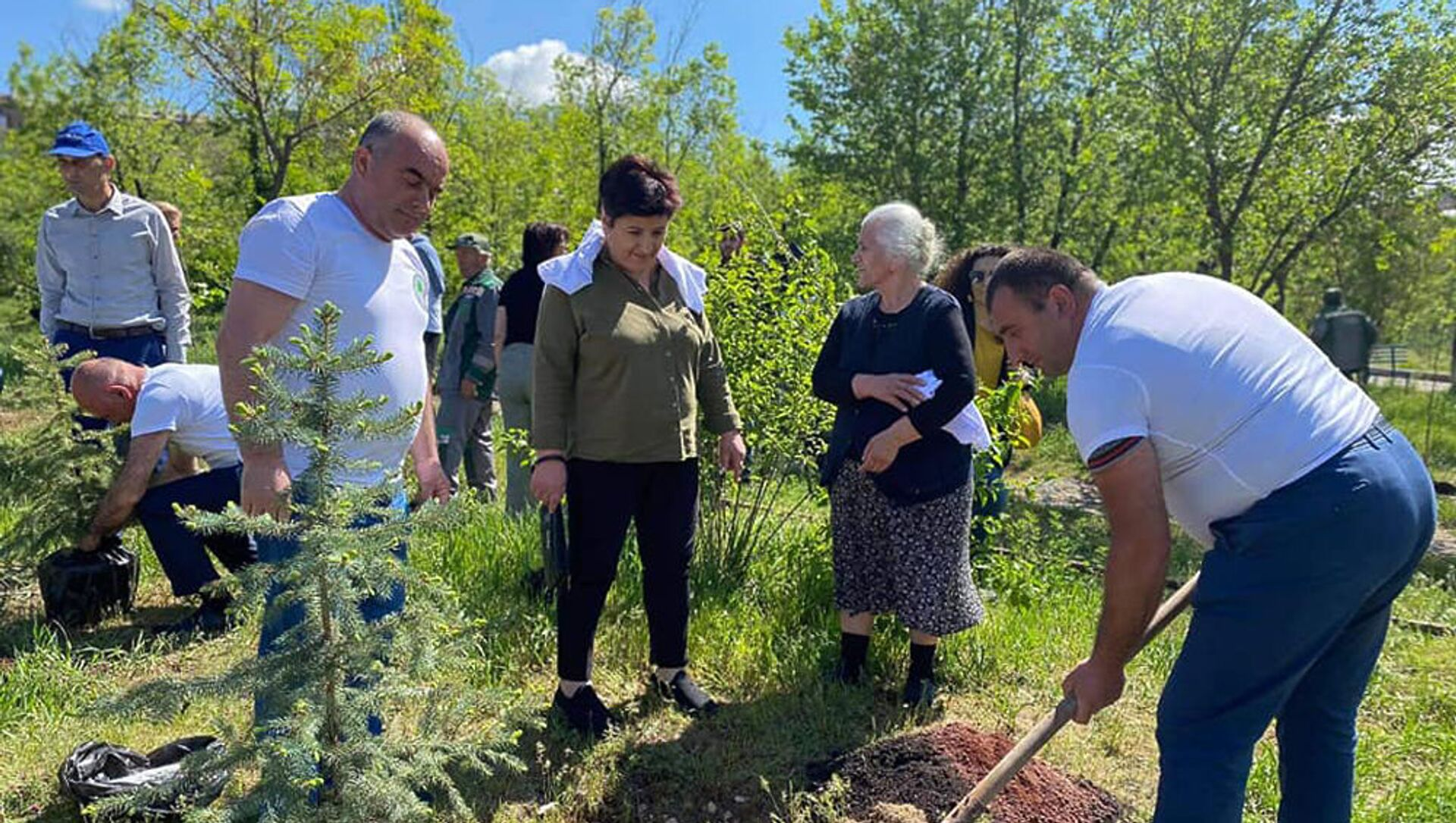 Гадрутцы организовали посадку деревьев в парке Возрождения в 2-м Норкском массиве (3 мая 2021). Еревaн - Sputnik Արմենիա, 1920, 03.05.2021