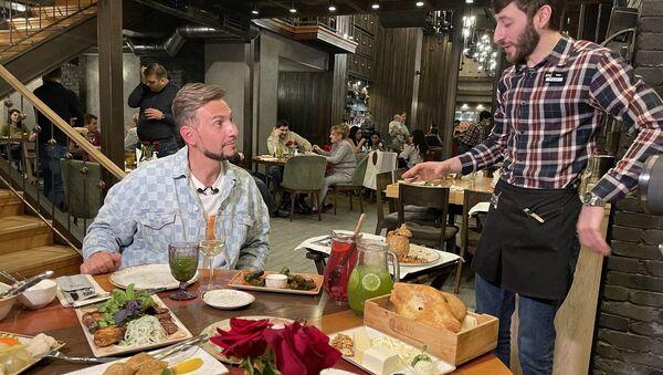 Телеведущий Андрей Разыграев в одном из ереванских ресторанов - Sputnik Արմենիա