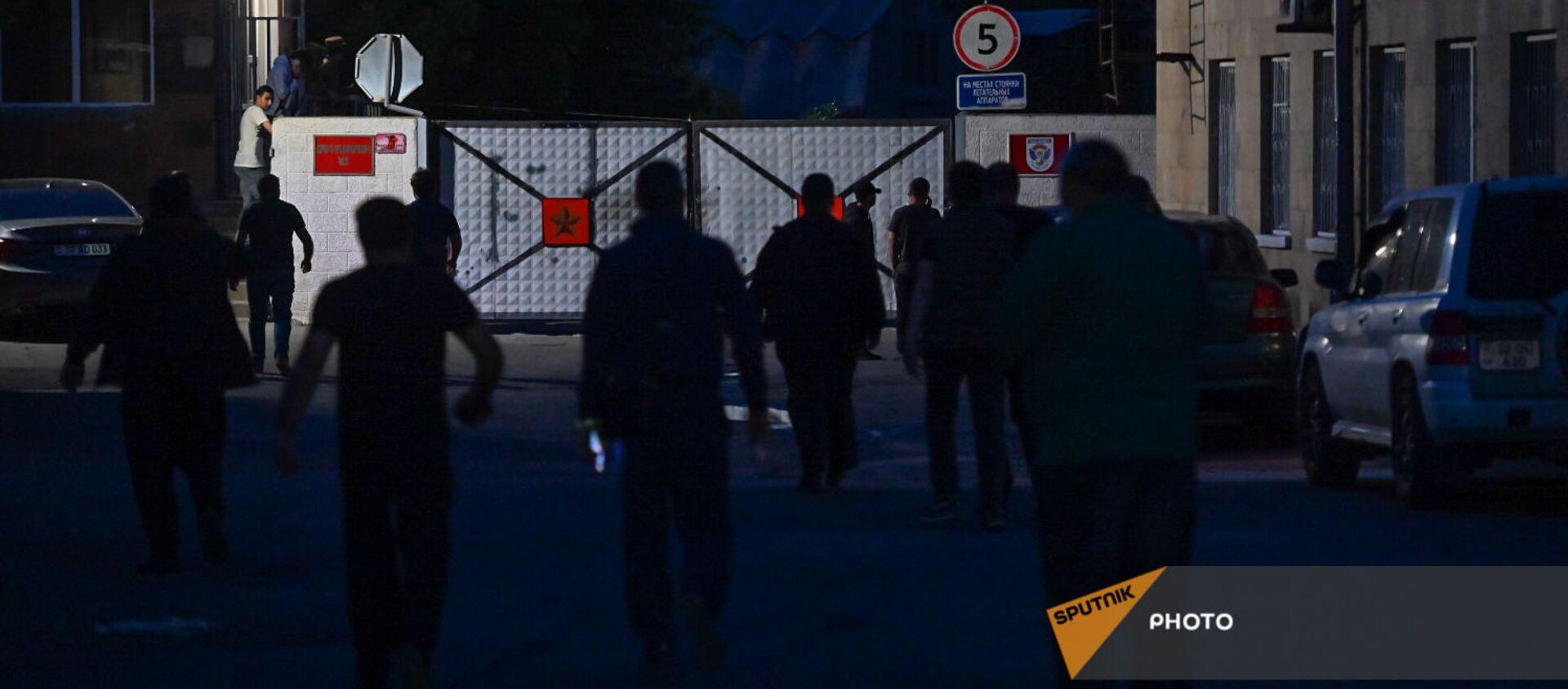Родственники военнопленных у КПП аэропорта Эребуни (4 мая 2021). Еревaн - Sputnik Армения, 1920, 12.06.2021
