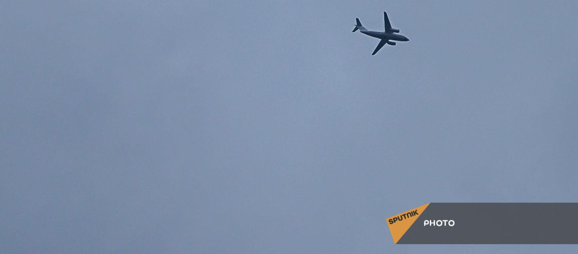 Самолет с освобожденными военнопленными на борту пролетает над аэропортом Эребуни (4 мая 2021). Еревaн - Sputnik Արմենիա, 1920, 28.08.2021
