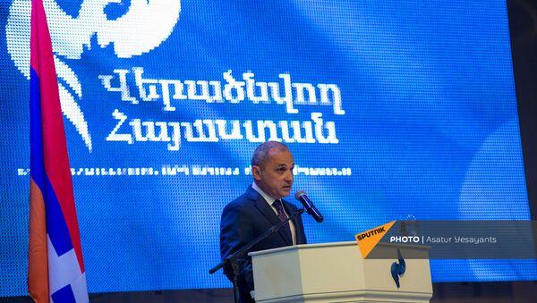 Ваге Акопян на съезде партии Возрождающаяся Армения (5 мая 2021). Еревaн - Sputnik Армения