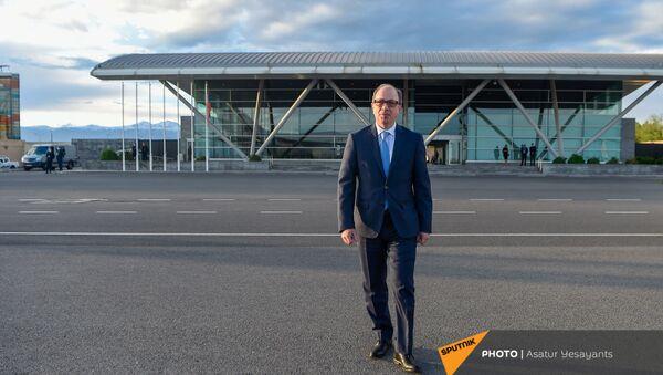 Глава МИД Армении Ара Айвазян в аэропорту встречает Сергея Лаврова, прибывшего в Армению с официальным визитом (5 мая 2021). Ереван - Sputnik Արմենիա