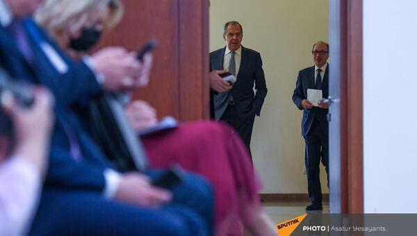 Главы МИД Армении и России Ара Айвазян и Сергей Лавров перед началом совместной пресс-конференции по итогам встречи (6 мая 2021). Еревaн - Sputnik Армения