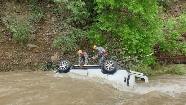 Автомобиль Honda CR-V скатился в реку с автотрассы Степанакерт-Аскеран - Sputnik Армения