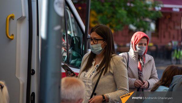 Иностранцы прививаются в мобильной точке по прививке граждан на Северном Проспекте (7 мая 2021 год). Еревaн - Sputnik Արմենիա