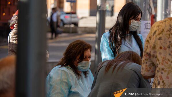 Медицинские работники прививают желающих в мобильной точке на Северном Проспекте (7 мая 2021 год), Еревaн - Sputnik Армения