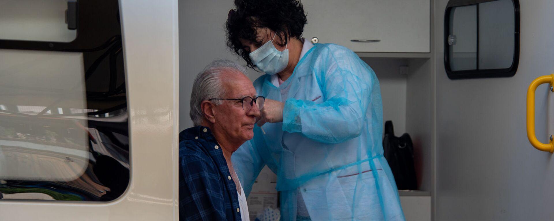 Иностранцы прививаются в мобильной точке по прививке граждан на Северном Проспекте (7 мая 2021 год), Ереaн - Sputnik Армения, 1920, 24.09.2021