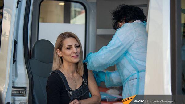 Прохожие получают прививку в мобильной точке на Северном Проспекте (7 мая 2021 год), Еревaн - Sputnik Армения