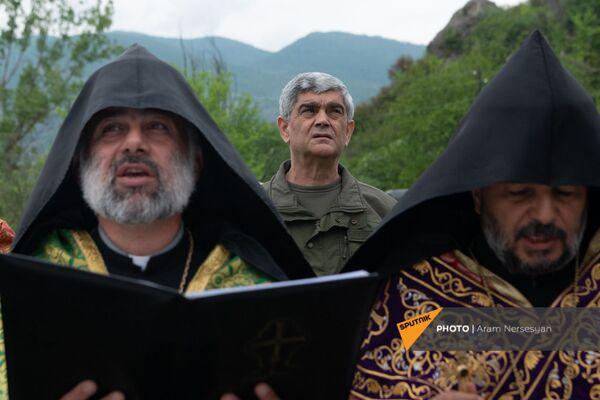 Герой Арцаха генерал-майор Виталий Баласанян во время богослужения - Sputnik Армения