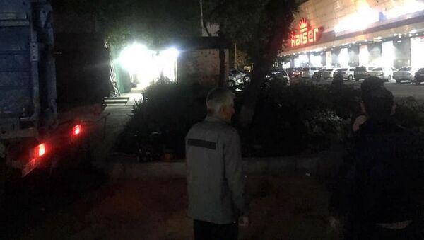 Сотрудники НКО Озеленение и охрана окружающей среды у срубленных деревьев на улице Маргаряна (7 мая 2021). Еревaн - Sputnik Արմենիա