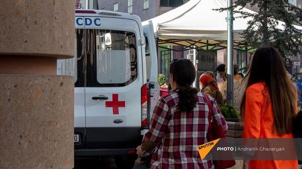 Девушки проходят мимо мобильной точки по вакцинации всех желающих на Северном Проспекте (7 мая 2021). Еревaн - Sputnik Արմենիա