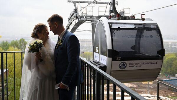 Торжественная регистрация брака на Московской канатной дороге на Воробьевых горах (8 мая 2021). Москвa - Sputnik Արմենիա