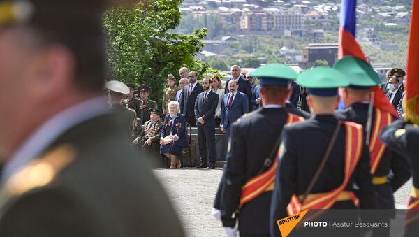 И.о премьер-министра Никол Пашинян и Арарат Мирзоян в Парке Победы (9 мая 2021). Еревaн - Sputnik Արմենիա