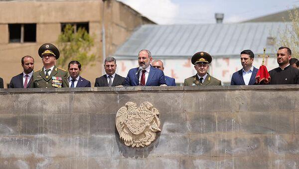 Никол Пашинян в сопровождении начальника Генштаба вооруженных сил Артака Давтяна посетил N военную часть Гегаркуникской области (9 мая 2021) - Sputnik Արմենիա
