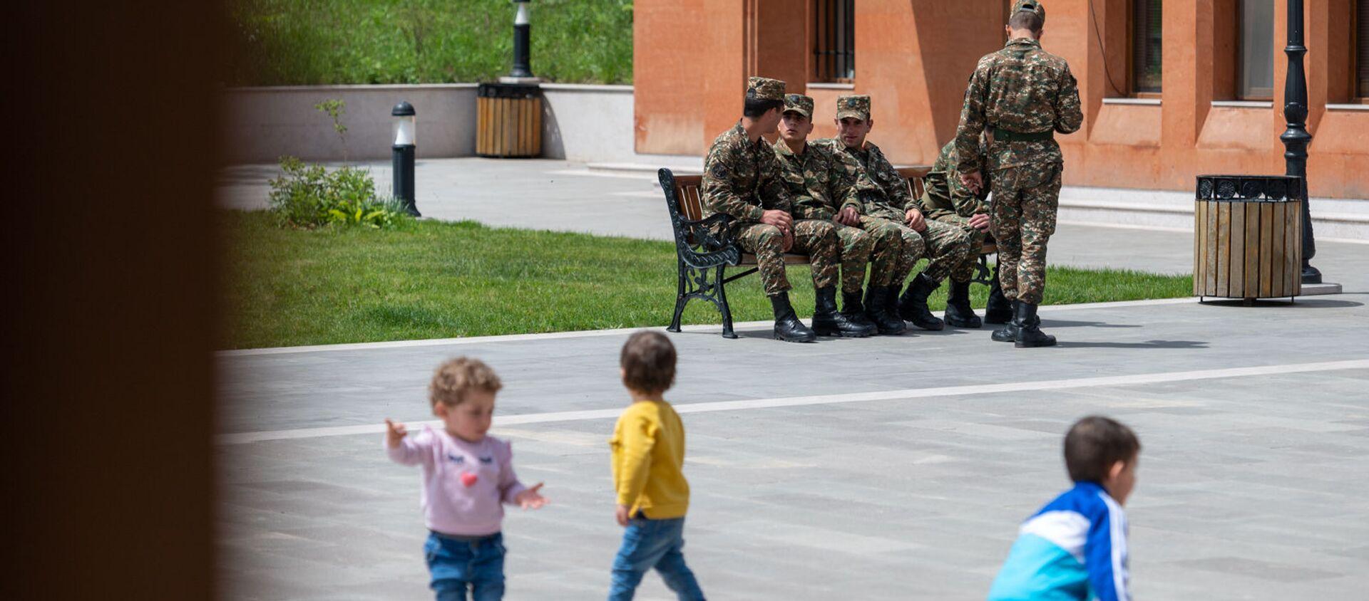 Дети и военнослужащие в сквере в Степанакерте - Sputnik Արմենիա, 1920, 24.07.2021