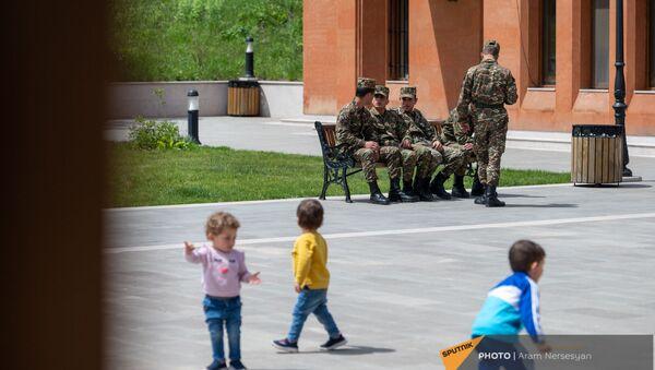 Дети и военнослужащие в сквере в Степанакерте - Sputnik Արմենիա