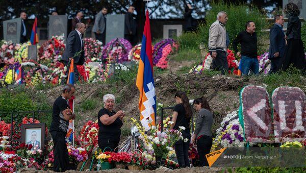 Родственники поминают погибших в карабахской войне в военном пантеоне (9 мая 2021). Степанакерт - Sputnik Армения