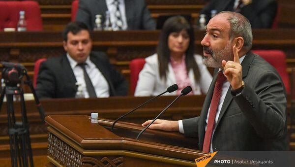 И.о премьер-министра Никол Пашинян на заседании Парламента (10 мая 2021). Еревaн - Sputnik Армения