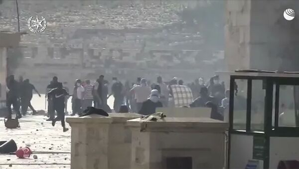 Палестинцы закидывают полицейских камнями в Израиле - Sputnik Արմենիա