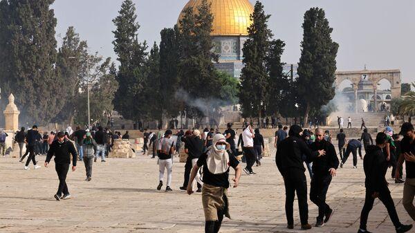 Столкновения палестинцев с израильскими силами безопасности у мечети Аль-Акса в Старом городе (10 мая 2021). Иерусалим - Sputnik Армения