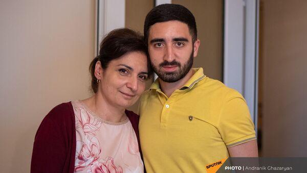 Герой карабахской войны сержант Эдгар Маркосян с мамой Анаит - Sputnik Արմենիա