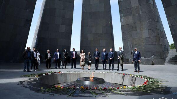 Члены делегации Парламентской ассамблеи Франкофонии посетили Мемориальный комплекс Цицернакаберд (11 мая 2021). Еревaн - Sputnik Армения