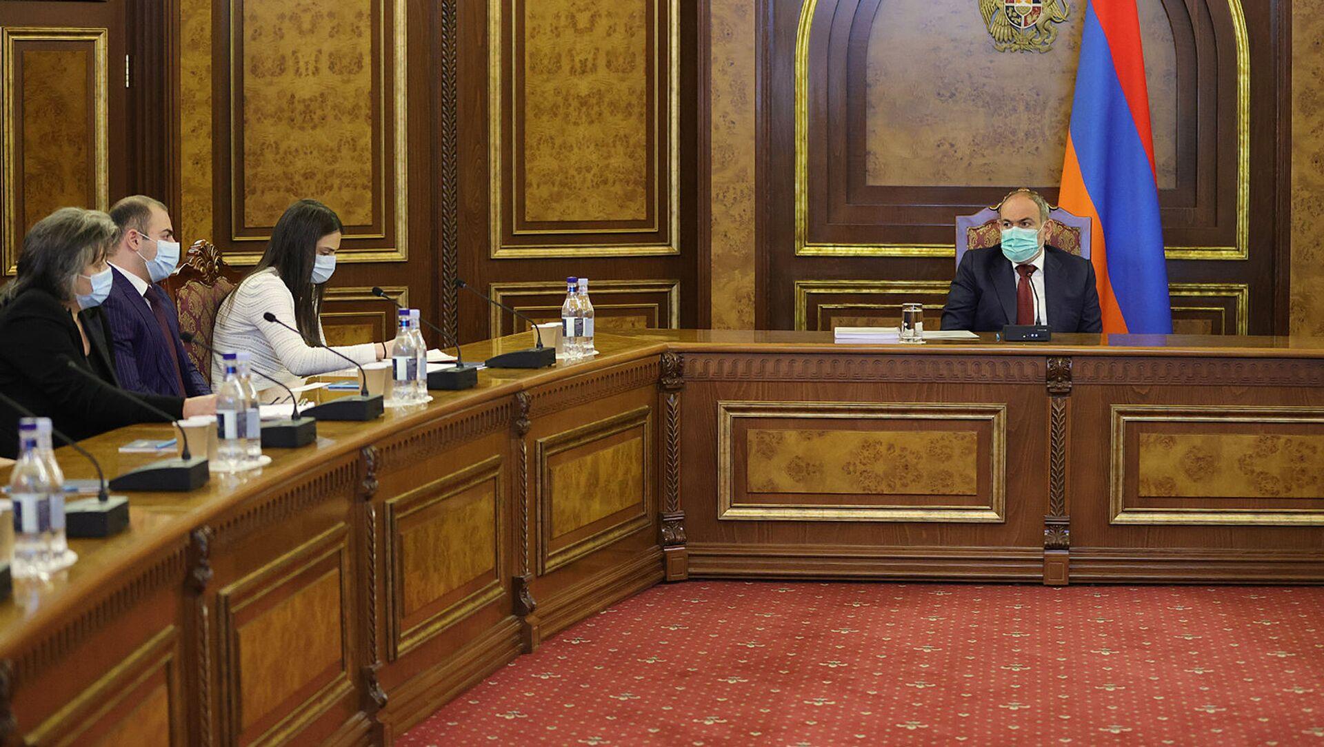 И.о. премьер-министра Никол Пашинян встретился с родственниками погибших в невоенных условиях военнослужащих (11 мая 2021). Еревaн - Sputnik Արմենիա, 1920, 11.05.2021