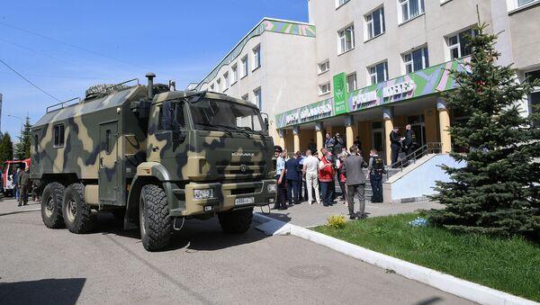 Сотрудники правоохранительных органов работают у здания гимназии № 175 (11 мая 2021). Казань - Sputnik Армения