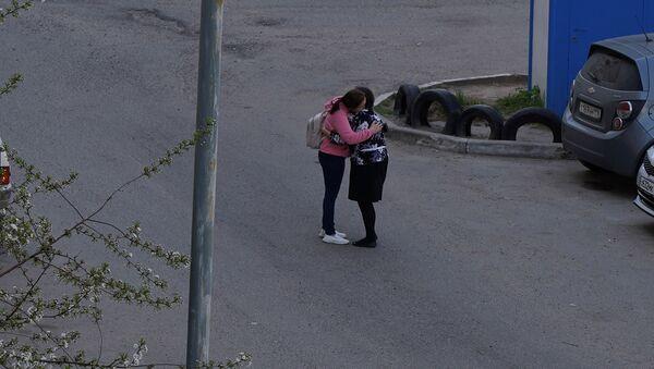 Կինը գրկում է թիվ 175 դպրոցից կրակոցներից հետո դուրս եկած աշակերտուհուն - Sputnik Արմենիա