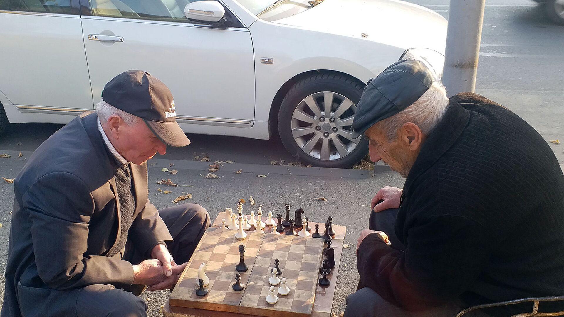 Пожилые люди играют в шахматы на одной из улиц Еревана - Sputnik Армения, 1920, 14.10.2021