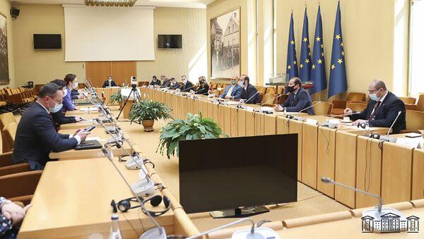 Председатель Нацсобрания Армении Арарат Мирзоян встретился с председателем Сеймаса Литвы Викторией Чмилите-Нильсен во время официального визита в Литву (11 мая 2021). Вильнюс - Sputnik Армения