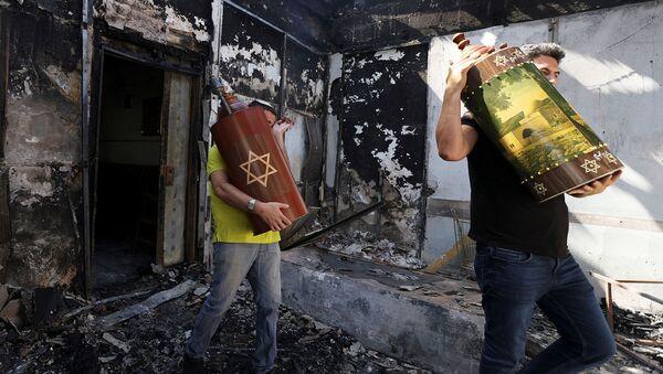 Мужчины вынимают Свитки Торы (еврейские священные писания) из синагоги, которая была сожжена во время ожесточенных столкновений в городе Лод (12 мая 2021). Израиль - Sputnik Արմենիա