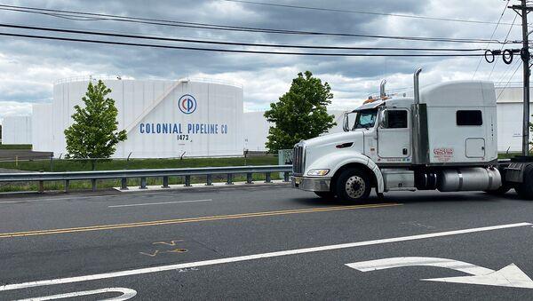Грузовик проезжает мимо резервуаров на нефтебазе Colonial Pipeline's Linden Junction в Вудбридже (10 мая 2021). Нью-Джерси - Sputnik Արմենիա