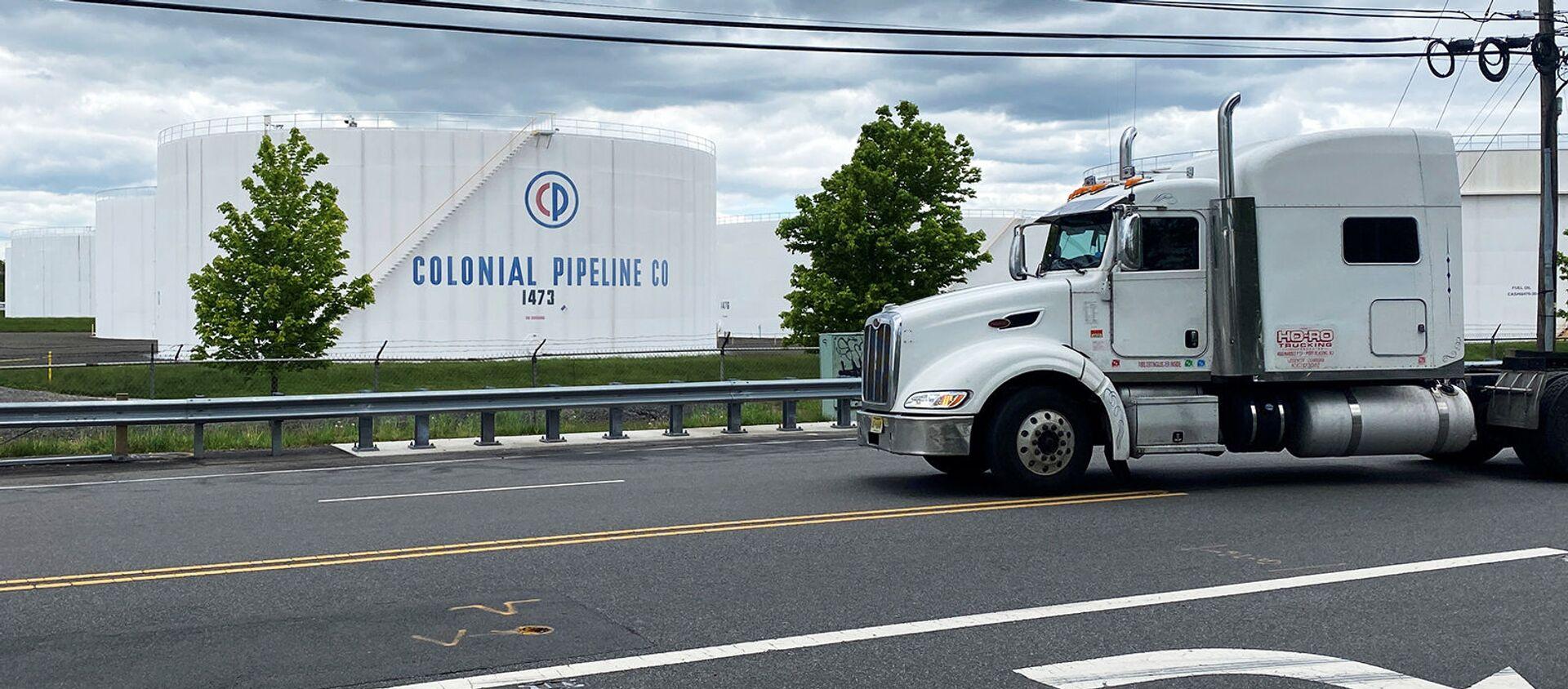 Грузовик проезжает мимо резервуаров на нефтебазе Colonial Pipeline's Linden Junction в Вудбридже (10 мая 2021). Нью-Джерси - Sputnik Արմենիա, 1920, 13.05.2021