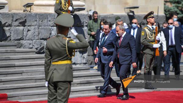 Премьер-министр Армении Никол Пашинян встречает грузинского коллегу, прибывшего в Армению с официальным визитом (12 мая 2021). Ереван - Sputnik Армения