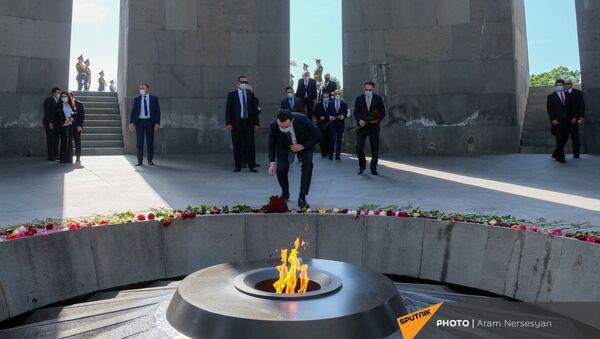 Премьер-министр Грузии Ираклий Гарибашвили во время возложения цветов в Цицернакаберде (12 мая 2021). Еревaн - Sputnik Армения