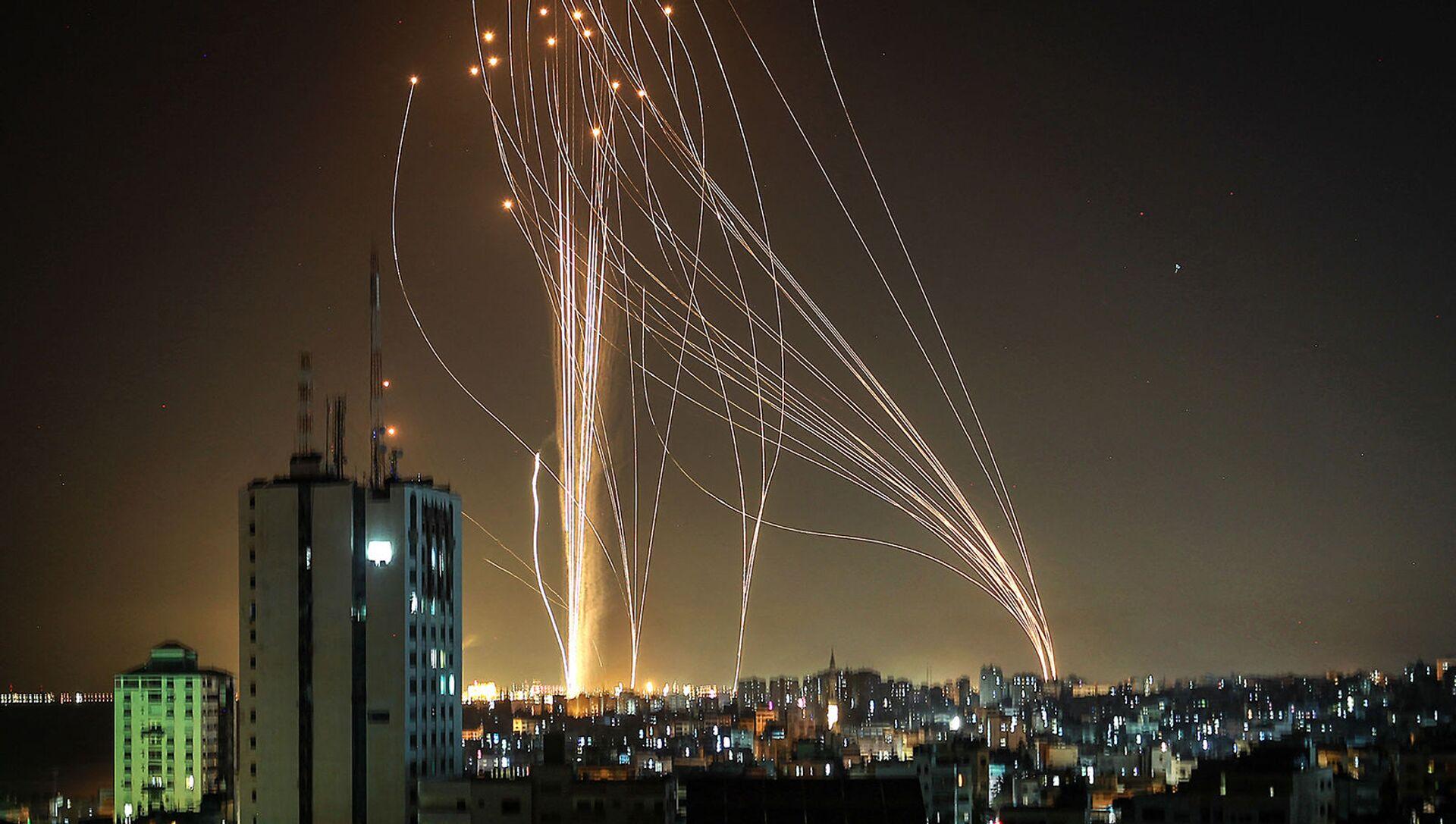 Ракеты запускаются из города Газа, контролируемого палестинским движением ХАМАС, в направлении прибрежного города Тель-Авив (11 мая 2021).  - Sputnik Армения, 1920, 12.05.2021