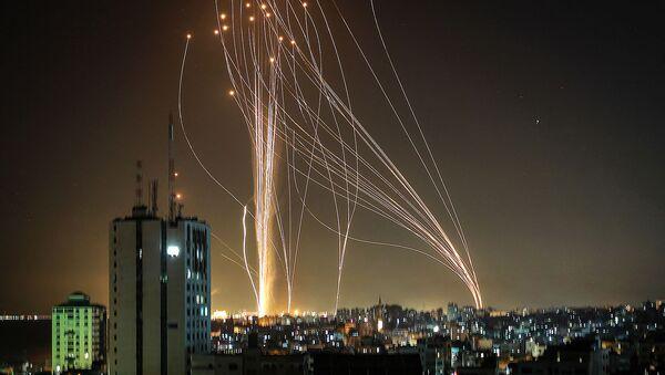 Ракеты запускаются из города Газа, контролируемого палестинским движением ХАМАС, в направлении прибрежного города Тель-Авив (11 мая 2021).  - Sputnik Армения