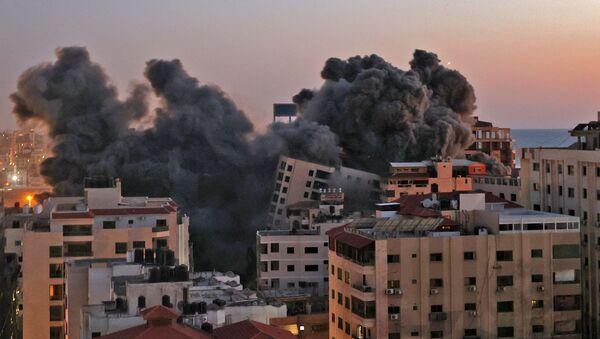 Пожарные тушат горящие многоквартирные дома после израильских авиаударов в городе Газа - Sputnik Արմենիա