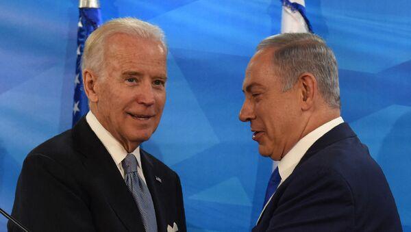 Вице-президент США Джо Байден и премьер-министр Израиля Биньямин Нетаньяху пожимают друг другу руки (9 марта 2016).  - Sputnik Армения