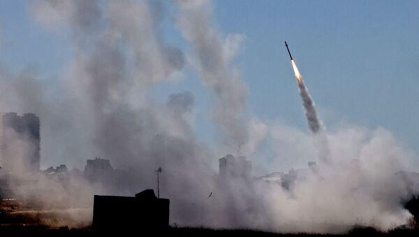 Система противовоздушной обороны Израиля Iron Dome активирована для перехвата ракеты, запущенной из сектора Газа, контролируемого палестинским движением ХАМАС (12 мая 2021). Ашдод - Sputnik Армения