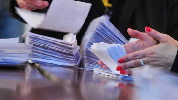 Сотрудники участковой избирательной комиссии № 6/02 в Ереване подсчитывают бюллетени  - Sputnik Армения