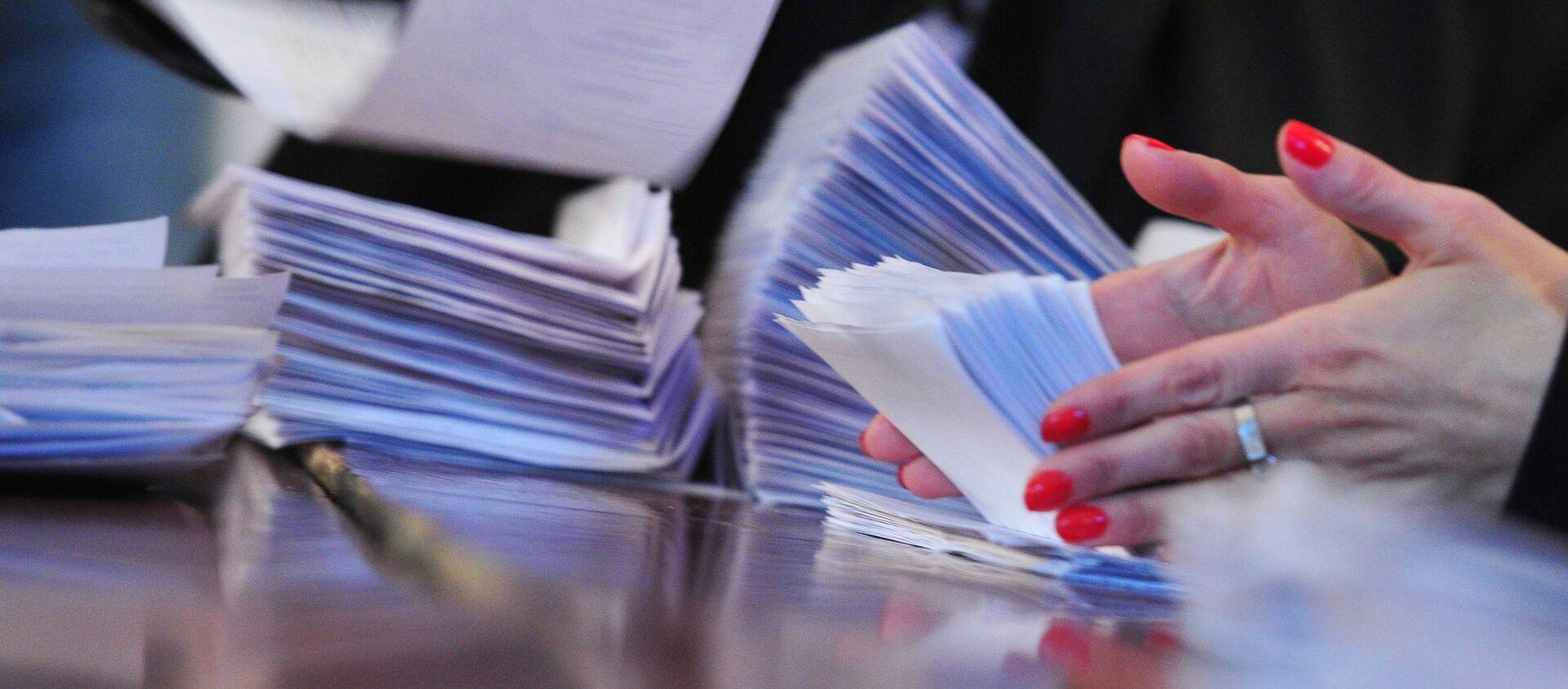 Сотрудники участковой избирательной комиссии № 6/02 в Ереване подсчитывают бюллетени  - Sputnik Армения, 1920, 05.06.2021