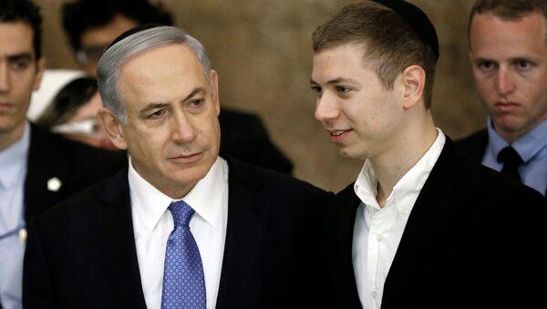 Премьер-министр Израиля Биньямин Нетаньяху с сыном Яиром Нетаньяху у стены плача после победы его партии Ликуд на всеобщих выборах (18 марта 2015). Иерусалим, Израиль - Sputnik Армения