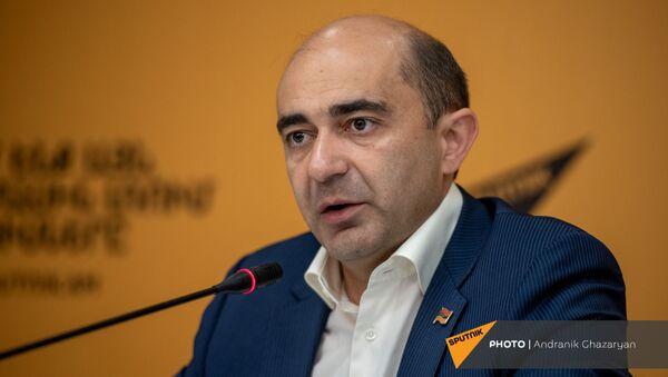 Председатель парламентской фракции Просвещенная Армения Эдмон Марукян на пресс-конференции в пресс-центре Sputnik Армения (14 мая 2021). Еревaн - Sputnik Армения